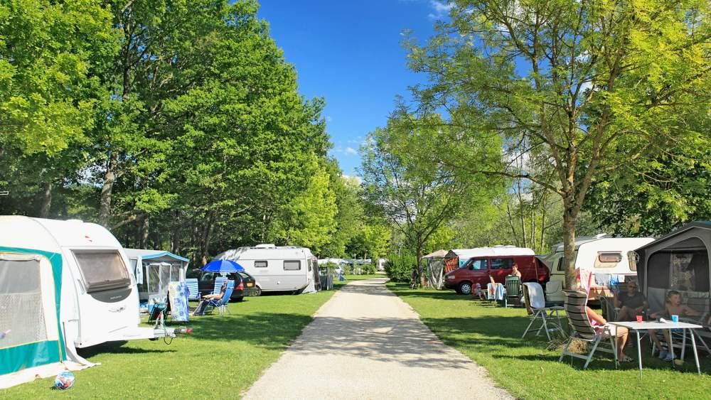 allée camping avec tente et caravanne
