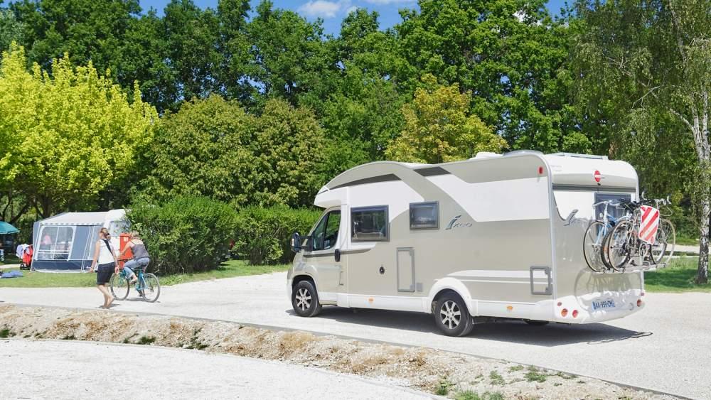 camping car sur allée du camping