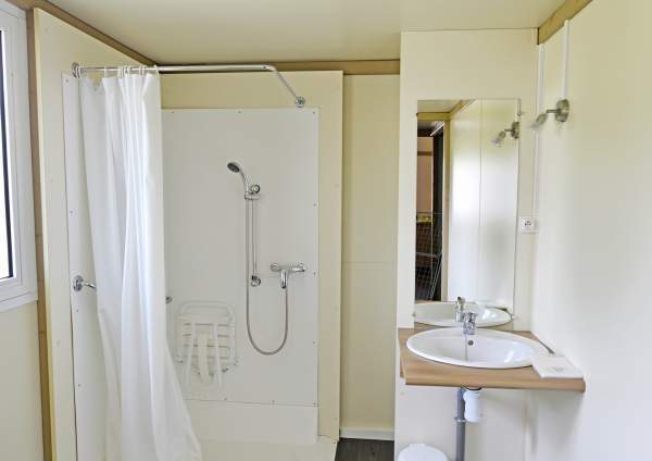 Salle d'eau adaptée aux PMR