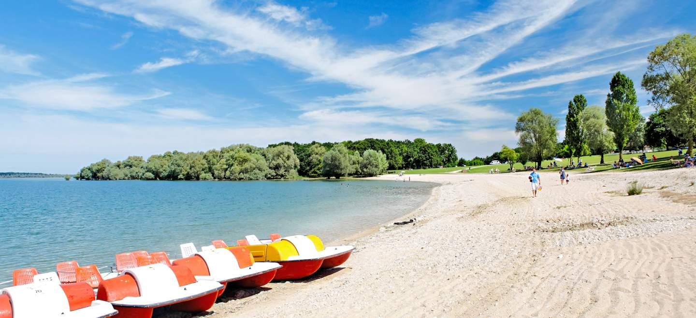 plage de sable fin sur le lac d'orient