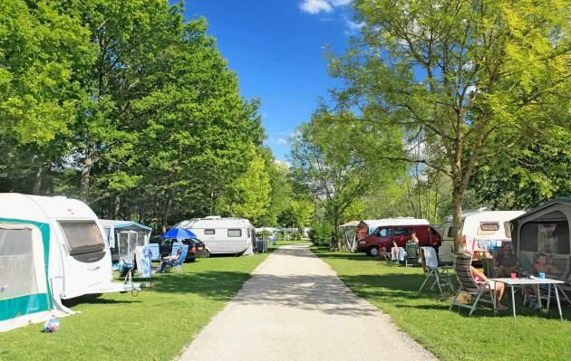 Eén van de paden op de camping met tenten en caravans