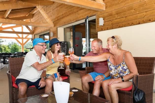 Apéritif entre amis à la terrasse du bar