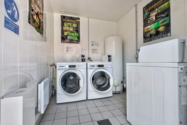 Laverie avec machines à laver et sèche linge