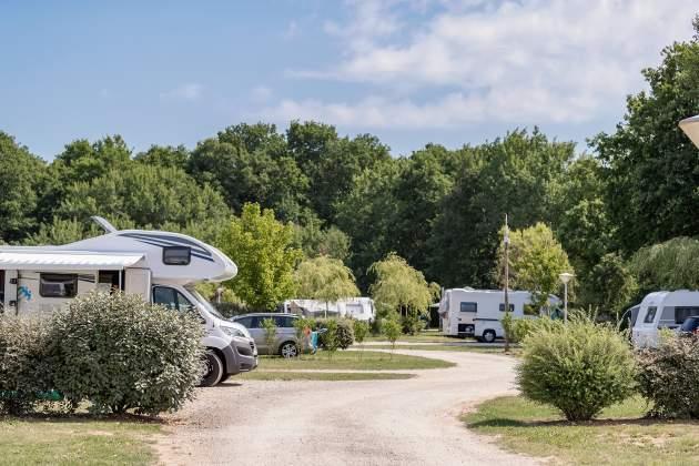Emplacements stabilisés avec gravier pour caravanes et camping car