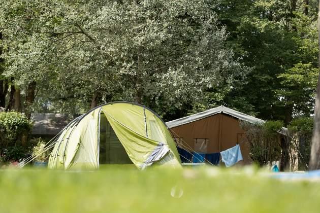 Emplacement de camping avec pelouse pour tente